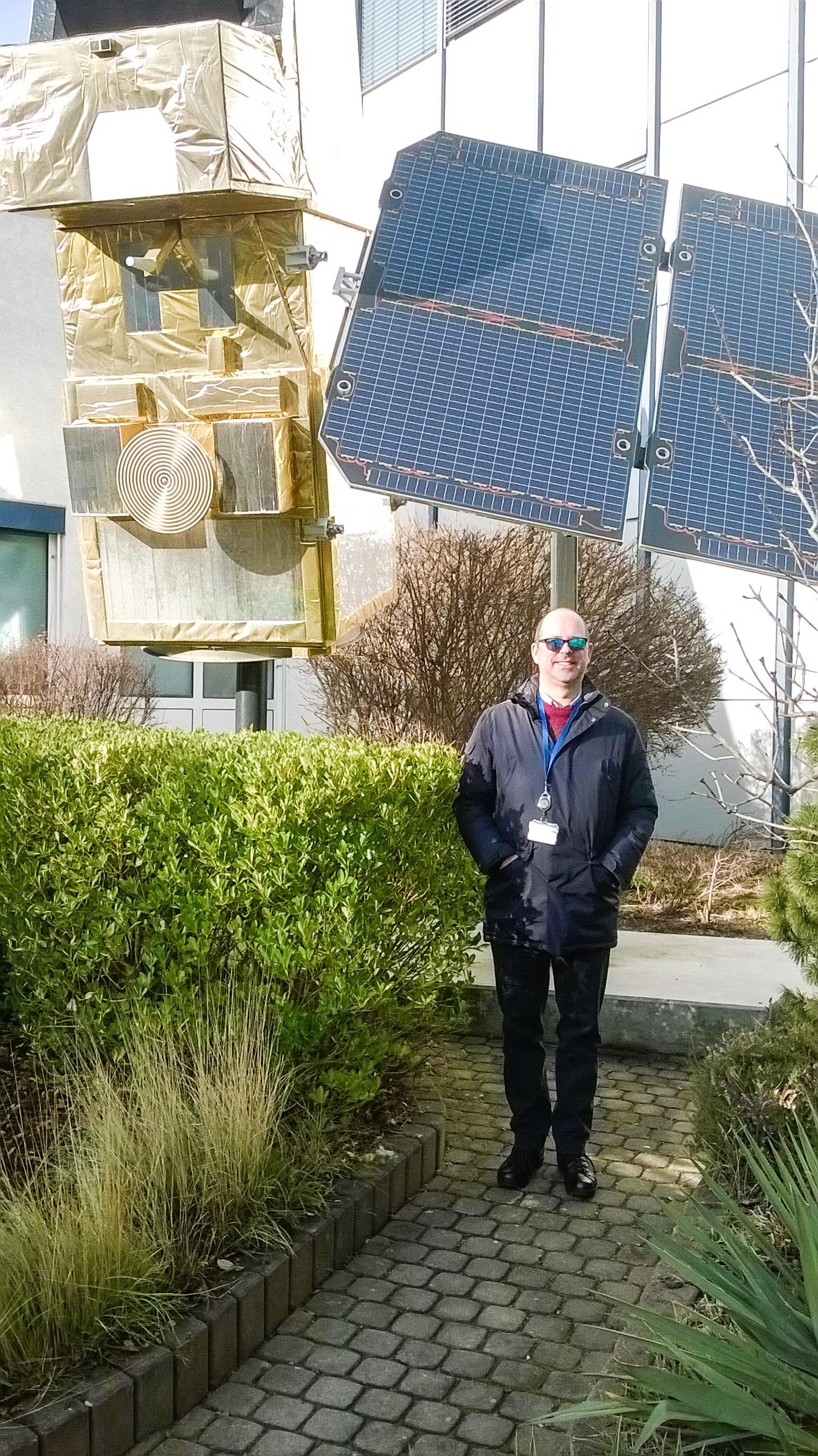Giovanni Bonini, accanto a un modello di un satellite per l'osservazione della Terra, presso il centro per le operazioni spaziali dell'agenzia spaziale europea (esa/esoc).